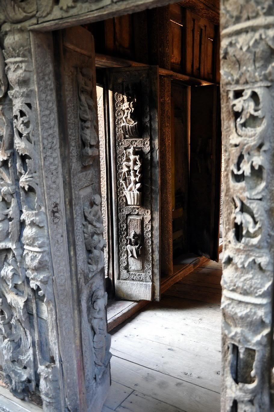 Shwe In Bin Widok na skrzydło drzwi przez inne drzwi